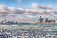 Detroit River, Detroit e Windsor gelados, skylines de Ontário, embaixador Bridge fotos de stock