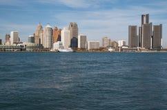 Detroit-Skyline über dem Detroit River von Kanada im November 2016 Lizenzfreie Stockfotos