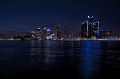 Detroit-Skyline nachts, im April 2015 Stockbilder