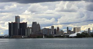 Detroit-Skyline von Belle Isle an der Dämmerung 4K stock video