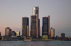 Detroit stadshorisont på skymning Royaltyfri Bild