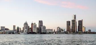 Detroit stadshorisont på skymning Royaltyfria Foton