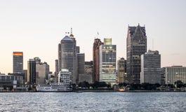 Detroit stadshorisont på skymning Arkivbild