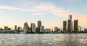 Detroit stadshorisont på skymning Royaltyfria Bilder