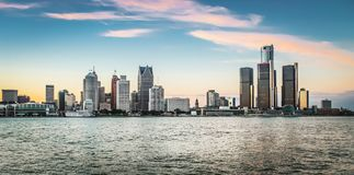 Detroit stadshorisont på skymning Arkivbilder