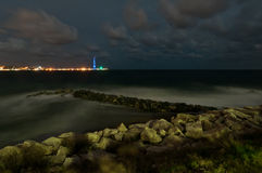 Detroit van Messina bij nacht en de pyloon. Stock Afbeeldingen