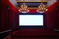Detrás de dos hombres que miran película en pasillo del cine Foto de archivo libre de regalías
