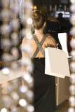 Detrás de la señora en el boutique Foto de archivo libre de regalías