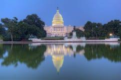 Detrás del edificio del capitolio de Estados Unidos y de la piscina de reflejo Imágenes de archivo libres de regalías