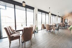 Detta är ett specialt ställe för att underhålla, härlig splitterny europeisk restaurang i centrum arkivfoton