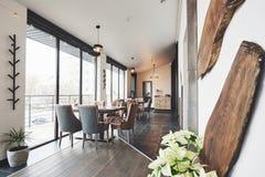 Detta är ett specialt ställe för att underhålla, härlig splitterny europeisk restaurang i centrum royaltyfria bilder