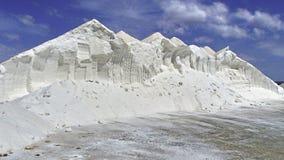 Detta är salt, ingen snö I ett salthaltigt salta högen på Mallorca arkivbild