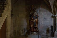 dettagli ad un'area scura dell'altare in chiesa cattolica Immagine Stock