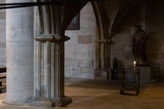 dettagli ad un'area scura dell'altare in chiesa cattolica Fotografia Stock Libera da Diritti