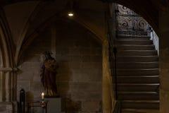 dettagli ad un'area scura dell'altare in chiesa cattolica Fotografie Stock Libere da Diritti