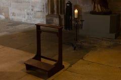 dettagli ad un'area scura dell'altare in chiesa cattolica Immagini Stock