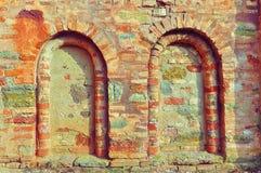 Dettagli architettonici della parete antica della chiesa - finestre morte fotografie stock libere da diritti