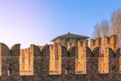 Dettagli architettonici della parete difensiva medievale in vecchio castello Castelvecchio a Verona, Italia fotografia stock