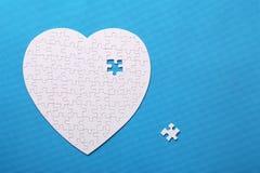 Dettagli bianchi di un puzzle su un fondo blu Un puzzle è un'unità di elaborazione Fotografia Stock