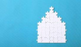 Dettagli bianchi di un puzzle su fondo verde Un puzzle è un puz Immagine Stock Libera da Diritti