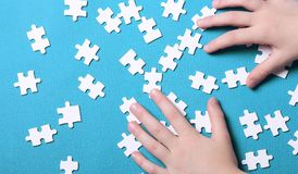 Dettagli bianchi di un puzzle su fondo verde Un puzzle è un puz Immagine Stock