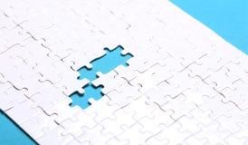 Dettagli bianchi di un puzzle su fondo verde Un puzzle è un puz Immagini Stock Libere da Diritti