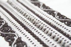 Dettagli in bianco e nero del ricamo di Djellaba del marocchino Fotografie Stock