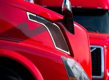 Dettagli dei camion moderni che stanno l'un l'altro perpendicolari immagine stock