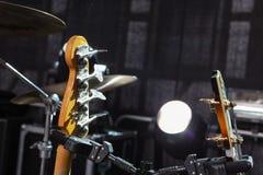 dettagli del giocatore di chitarra in scena immagine stock