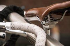 Dettagli del lusso della bicicletta Le biciclette parcheggiate con il volante di cuoio a correre la bici e la bicicletta di cuoio immagine stock