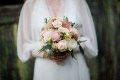Dettagli del mazzo d'annata - rose bianche e di rosa immagini stock