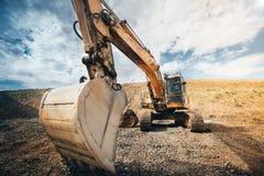 dettagli del mestolo di industriale dell'escavatore ingegnere che lavora con l'escavatore al cantiere fotografia stock