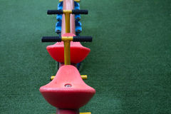 Dettagli del movimento alternato, attrezzatura all'aperto del gioco dei kid's Immagini Stock