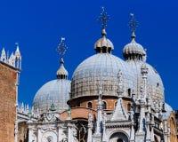 Dettagli del palazzo del ` s del doge e della cupola del ` s Basi di St Mark fotografia stock libera da diritti