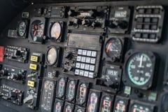 Dettagli del pannello di controllo nella cabina di pilotaggio militare dell'elicottero fotografia stock