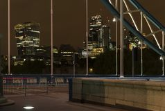 Dettagli del ponte della torre alla notte a Londra Regno Unito immagini stock