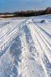 Dettagli del primo piano dei segni della gomma in neve su Sunny Winter Day immagine stock libera da diritti