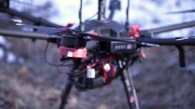 Dettagli del primo piano di quadcopter clip Il quadcopter potente con la nuova generazione di macchina fotografica professionale  stock footage