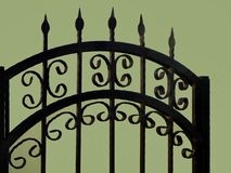 Dettagli del recinto del ferro con il fondo verde della parete fotografie stock libere da diritti