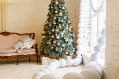 Dettagli dell'interno festivo con i giocattoli ed i regali di Natale Immagini Stock