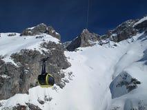 Dettagli della cabina di funivia che conduce al ghiacciaio di Dachstein immagine stock libera da diritti