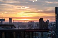 Dettagli della costruzione nell'orizzonte di Londra al tramonto fotografie stock