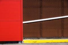 Dettagli della facciata di alluminio con Brown variopinto ed i pannelli rossi Fotografia Stock