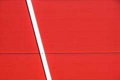 Dettagli della facciata di alluminio con i pannelli rossi variopinti Immagine Stock Libera da Diritti