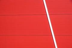 Dettagli della facciata di alluminio con i pannelli rossi variopinti Fotografie Stock