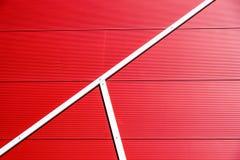 Dettagli della facciata di alluminio con i pannelli rossi variopinti Fotografia Stock
