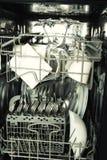 Dettagli della lavastoviglie aperta, utensili con le gocce dentro durante il washin Immagini Stock Libere da Diritti