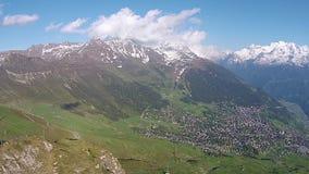 Dettagli della località di soggiorno di corsa con gli sci, alpi svizzere, Verbier, molla della Svizzera archivi video