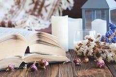 Dettagli della natura morta nel salone dell'interno della casa annata, rustica Concetto accogliente di autunno-inverno immagine stock libera da diritti