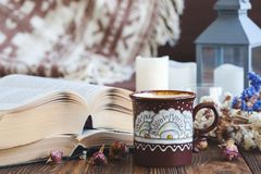 Dettagli della natura morta nel salone dell'interno della casa annata, rustica Concetto accogliente di autunno-inverno fotografia stock